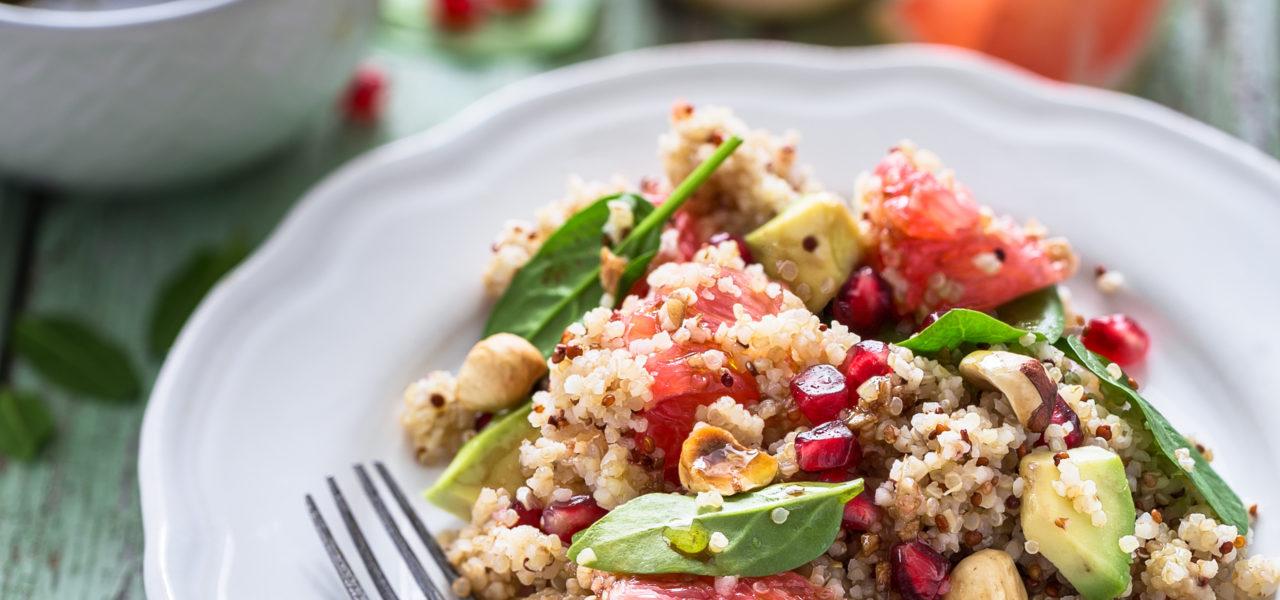 Winter salade met quinoa, spinazie, hazelnoten, avocado, bloedsinaasappel en granaatappelpitjes