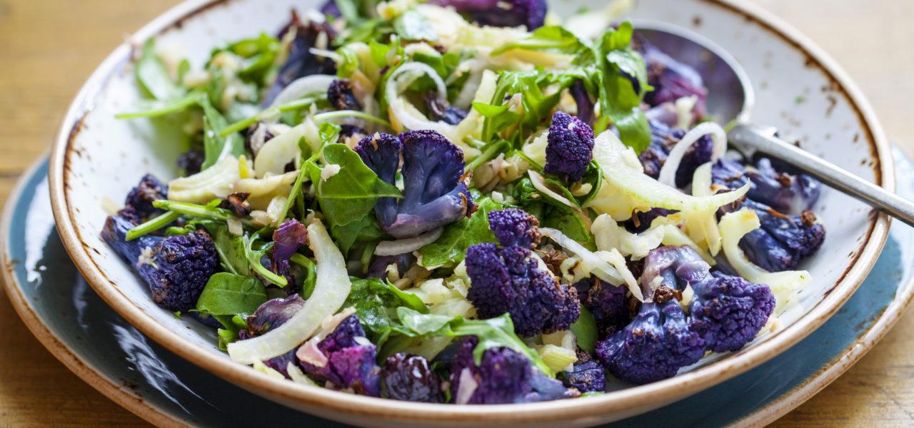 Salade van geroosterde paarse bloemkool, geschaafde venkel en ruccola