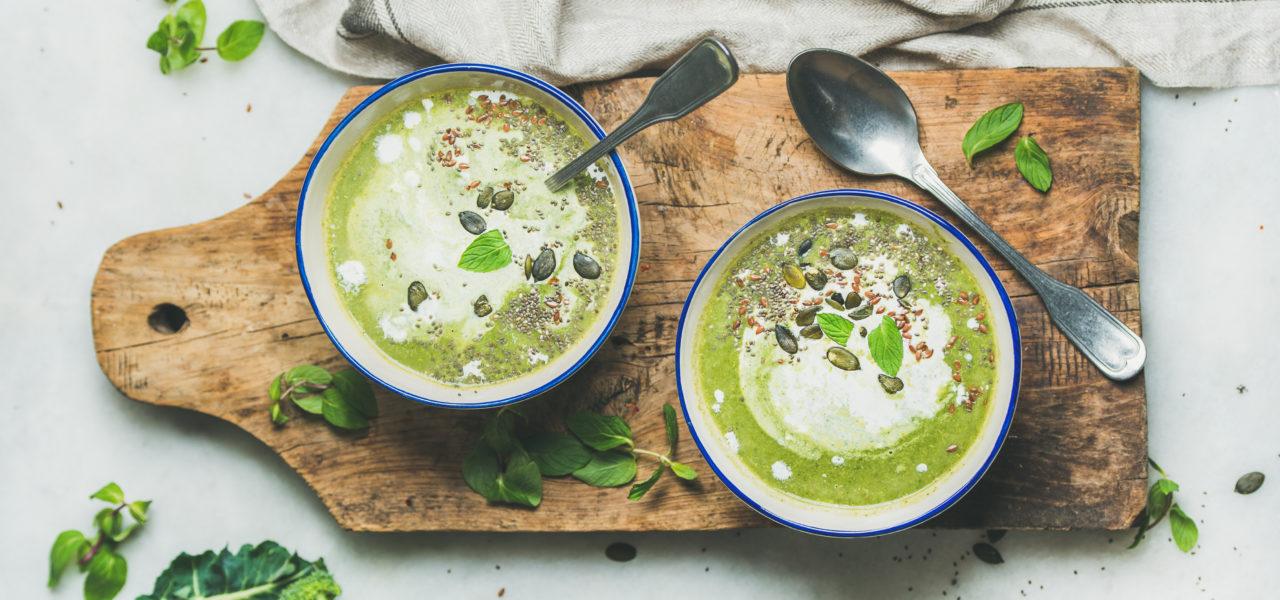Broccolisoep met limoenblaadjes en kokosmelk